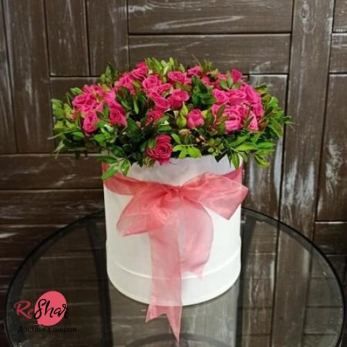 Цветы в белой коробке, кустовая роза, зелень 19шт, №43